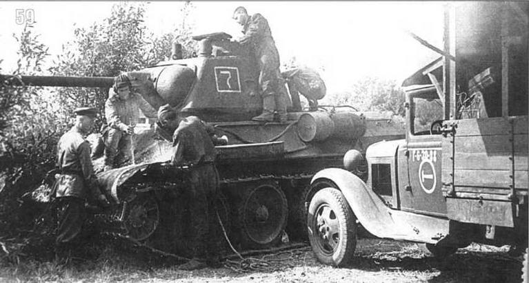 Экипаж танка Т-34/76 производит ремонт в полевых условиях. Машина принадлежит 36-й Гвардейской танковой бригаде 4-го Гвардейского мехкорпуса. Белорусский фронт. Июнь, 1944 г.