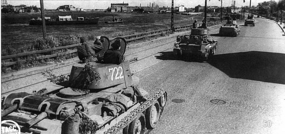 Танки БТ-7 по набережной Невы выдвигаются к линии фронта. Ленинград. Лето 1943 г.