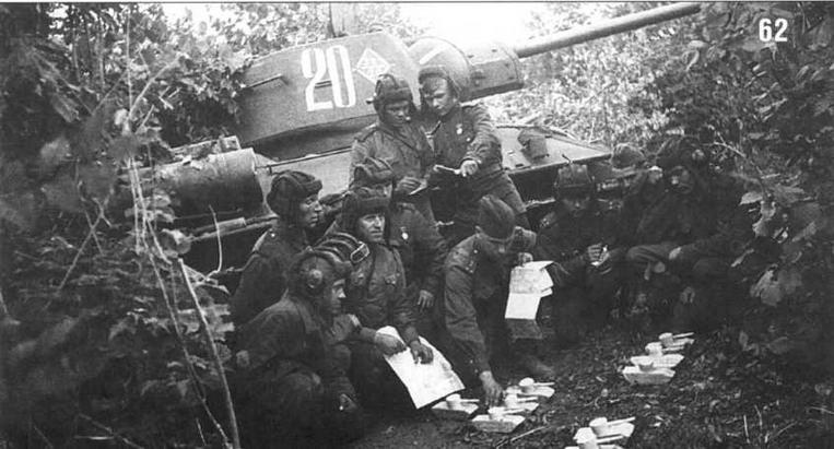 Майор Иванов проводит занятия с танкистами. На заднем плане Т-34/76 №20 из состава 22-й танковой бригады 6-го танкового корпуса. Воронежское направление, 1943 г.