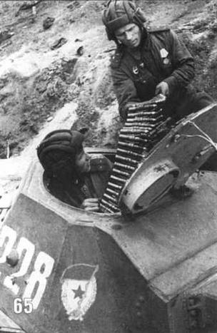 Погрузка боеприпасов в танк Т-60 Гвардии лейтенантами Собаниным и Волковым. Ленинградский фронт. 1943 г.