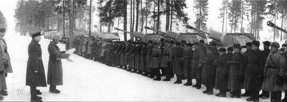 САП Гвардии майора Педерина слушает приказ Сталина. САУ СУ-76 окрашены в белый цвет, на рубках машин видны шестизначные заводские номера (Л401438, Л401444 и т.д.), нанесенные красной краской. Белорусский фронт. Февраль 1944 г.