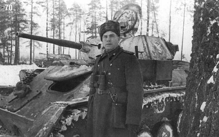 Танк Т-70 8-й самоходно-артиллерийской бригады. На переднем плане — командир бригады полковник И.Я.Кочин. Белорусский фронт. Февраль 1944 г.