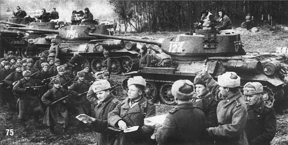 Т-34/85 1-го батальона (буква «А» рядом с трехзначным номером) 4-й Гвардейской танковой бригады 2-го Гвардейского танкового корпуса. 5-я Гвардейская Танковая Армия. 1944 г.