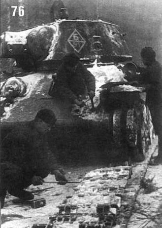Ст. сержант Н.И.Холодеев, сержант Шехместау и рядовой Шумилов восстанавливают поврежденный танк Т-34/76 из состава 51 - го отдельного танкового полка. 1944 г.