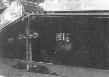 Топливные баки, окруженные слоем протектора в крыле P-51D/R. Баки имели вместимость 92 галлона (350 л) и выпускались специально для данной модификации фирмой «ЮС Раббер Компани» из Лос- Анджелеса, Калифорния.