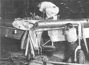 Работники «Норт Американ» устанавливают на крыло гидравлику. Крыло самолета Р- 51D/Kуже почти полностью собрано, видны выпущенные закрылки. Амортизатор стойки шасси в нижней мертвой точке.