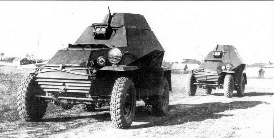 Опытный образец ширококолейного броневика (на переднем плане) во время сравнительных испытаний с серийным БА-64. Октябрь 1942 года