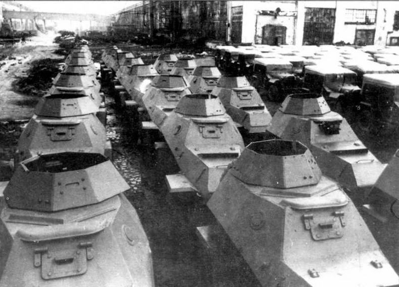 Бронеавтомобили БА-64Б и армейские вездеходы ГАЗ-67Б перед отправкой на фронт