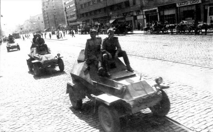 Бронеавтомобили БА-64Б проходят по улице Бухареста. 1944 год. Обращает на себя внимание камуфляжная окраска боевых машин
