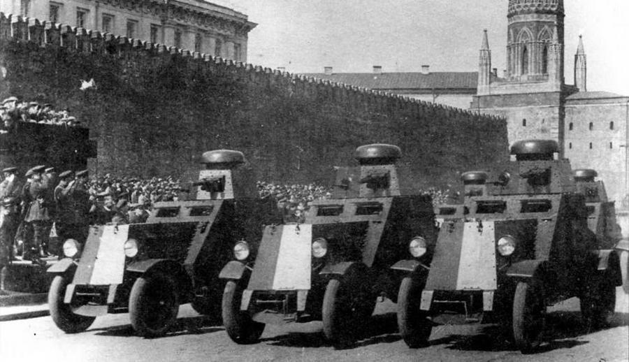 Бронеавтомобили БА-27 проходят по Красной площади. 1 мая 1931 года