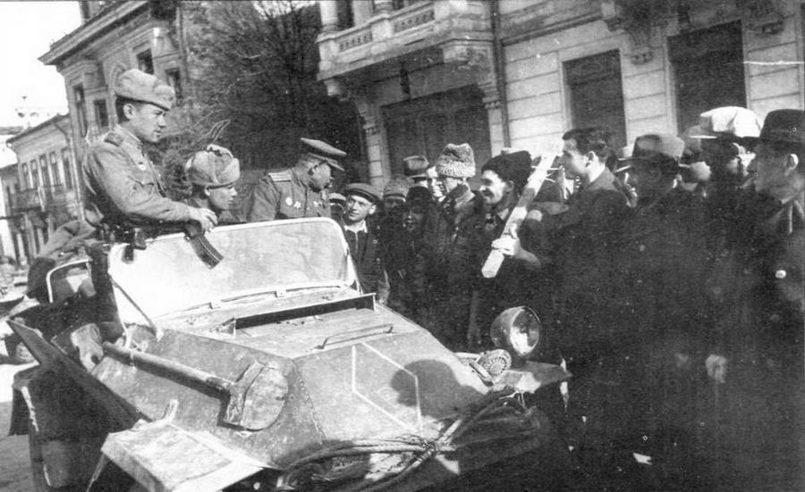 Бронеавтомобиль БА-64, переделанный во фронтовых условиях в открытую командирскую машину на улице г.Батошаны. Румыния, 1944 год. Верхняя, по- видимому поврежденная, часть корпуса броневика срезана по стыку с нижними бронелистами. Ветровое стекло явно трофейного происхождения