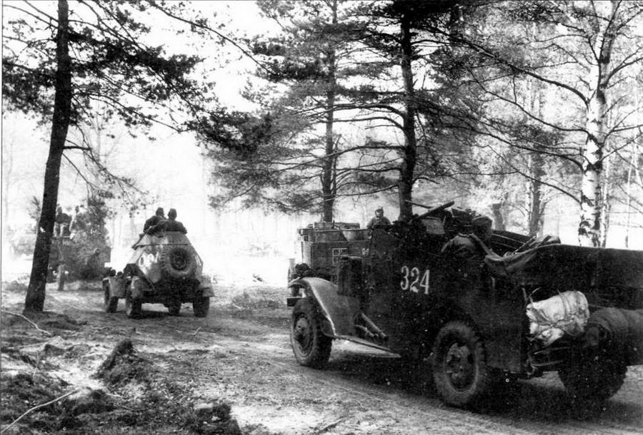 """Бронеавтомобиль БА-64Б и его американский """"коллега"""" — разведывательный бронетранспортер МЗА1 """"Скаут"""" на фронтовой дороге после форсирования р.Шпрее. 1-й Украинский фронт, 1945 год"""