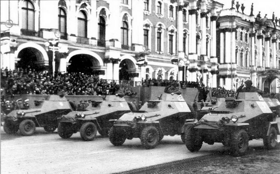 Бронеавтомобили БА-64 (крайний левый в шеренге) и БА-64Б в парадном строю. Ленинград, 1 мая 1947 года