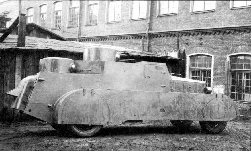 Бронеавтомобиль БАД-1 на заводском дворе. Хорошо видны пулеметные башни, расположенные в два яруса. Обращает на себя внимание откидная бронировка колесных ниш