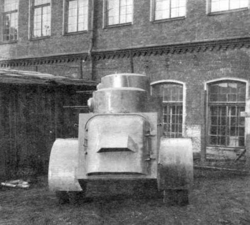 Бронеавтомобиль БАД-1. Вид спереди (слева) и сзади (справа)