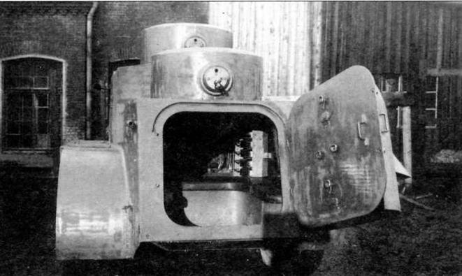 Бронеавтомобиль БАД-1 с открытой кормовой дверью, через которую видны сиденье кормового стрелка и укладка магазинов к пулемету ДТ