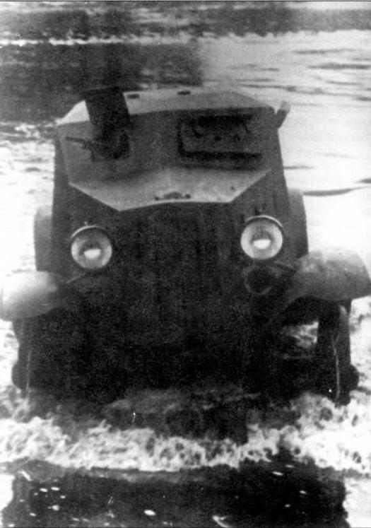 Бронеавтомобиль Д-8 преодолевает вброд водную преграду