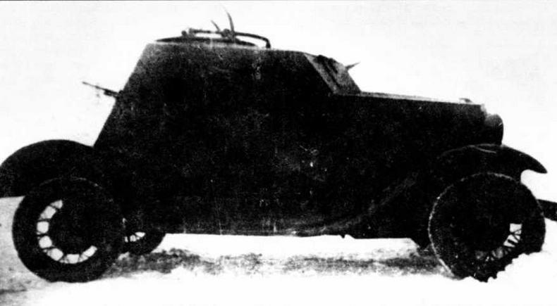 """Первый образец бронеавтомобиля Д-12. На снимке хорошо виден кормовой пулемет ДТ, который на последующих машинах уже не устанавливался. На крыше броневика — турель для размещения зенитного пулемета """"максим"""""""