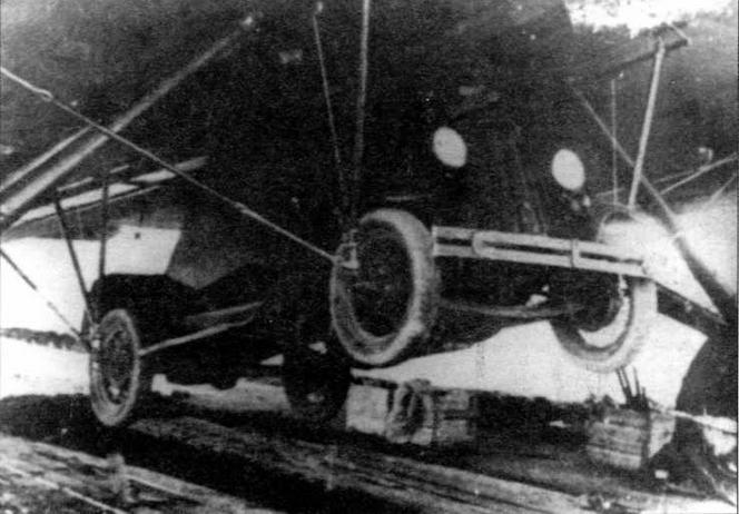 Бронеавтомобиль Д-8 на подвеске ПГ-12 под бомбардировщиком ТБ-3 для десантирования посадочным способом