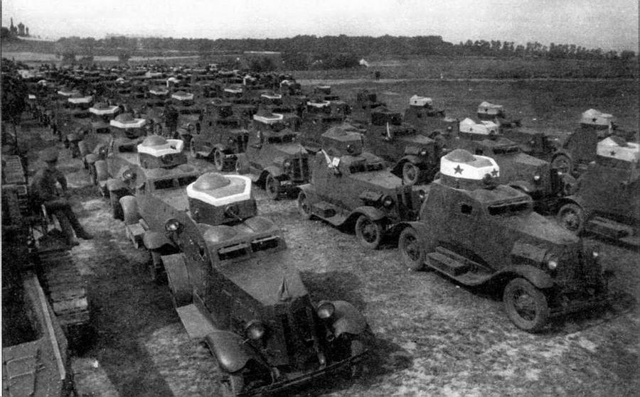 Бронеавтомобили ФАИ перед смотром по окончании учений. Киевские маневры, 1934 год