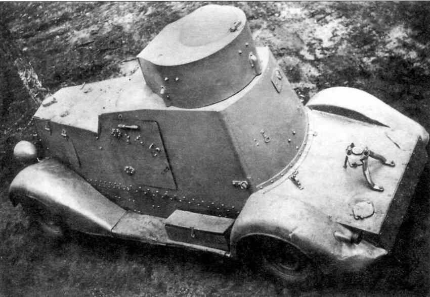 """Бронеавтомобиль ФАИ-М легко отличим от ФАИ по внешнему виду за счет """"хвоста"""" — броневого кожуха, закрывавшего раму шасси ГАЗ М-1. На специальном кронштейне на кожухе устанавливалось запасное колесо"""
