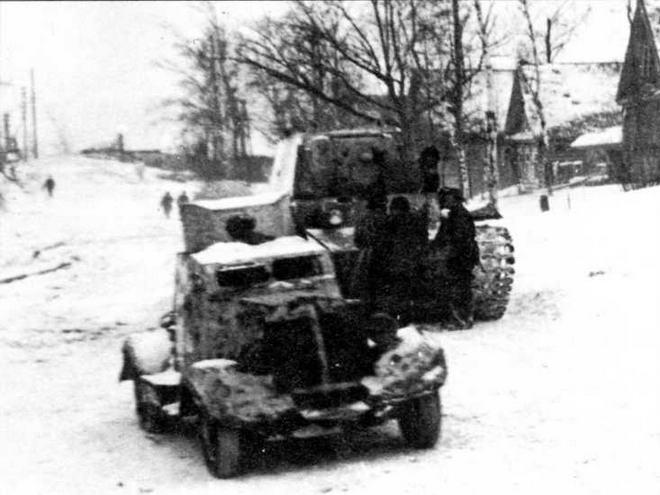 Бронеавтомобиль ФАИ-М и тяжелый танк КВ-1 на улице г.Боровска Калужской области, зима 1942 года