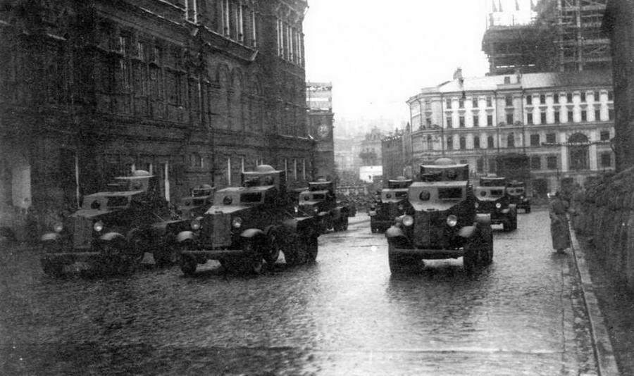 Бронеавтомобили БАИ движутся мимо Исторического музея на Красную площадь. Москва, 7 ноября 1933 года
