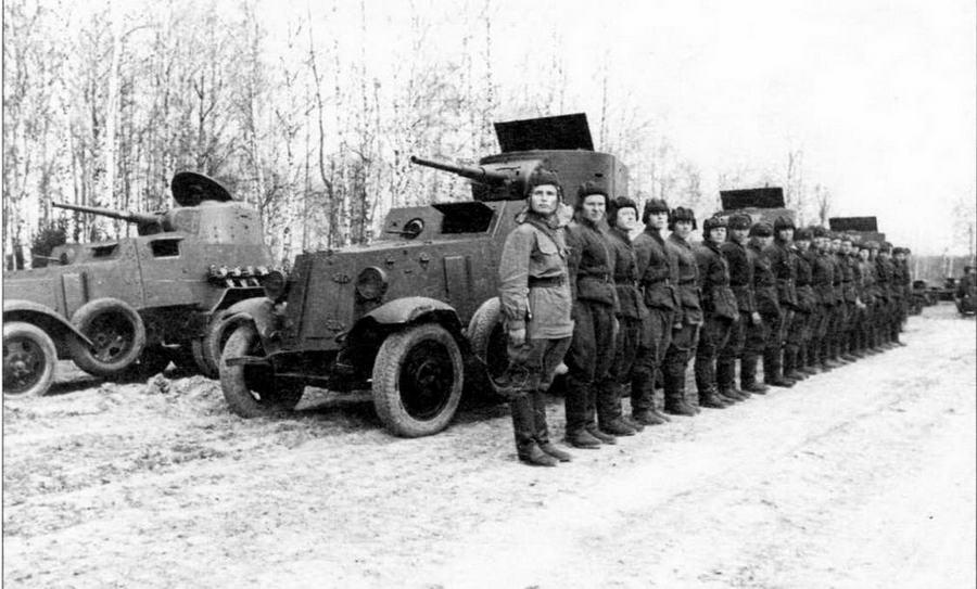 Бронеавтомобили БА-6 и БА-10 (на заднем плане) в парадном строю. Западный фронт, 1 мая 1942 года