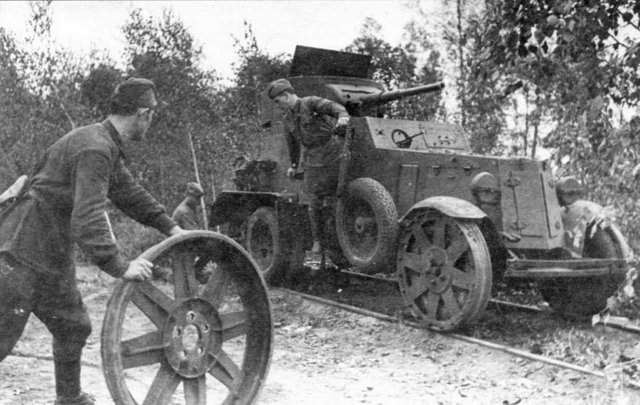 Экипаж БА-6 жд младшего сержанта П.М.Андреева одевает железнодорожные бандажи на автомобильные скаты. 1942 год