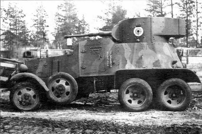 Бронеавтомобиль БА-6 финской армии в танкоремонтных мастерских в г.Йювяскюля осенью 1945 года. Машина имеет трехцветный камуфляж и несет круглую бело- сине-белую национальную эмблему, введенную 1 августа 1945 года вместо свастики