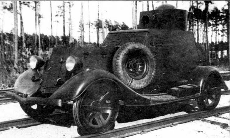 Бронеавтомобиль БА-20 жд. В отличие от некоторых других конструкций, у этой машины железнодорожные скаты одевались не поверх обычных колес, а вместо них. При движении по рельсам автомобильные колеса крепились по бортам и на корме корпуса