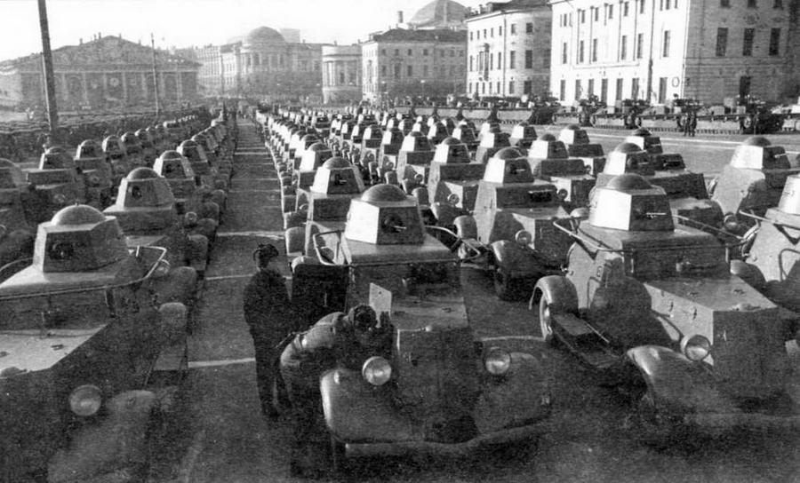 Бронеавтомобили БА-20 в парадном строю на Манежной площади. Москва, 1 мая 1940 года. В первой шеренге — командирские машины, оснащенные радиостанциями 71-ТК-1 с поручневыми антеннами