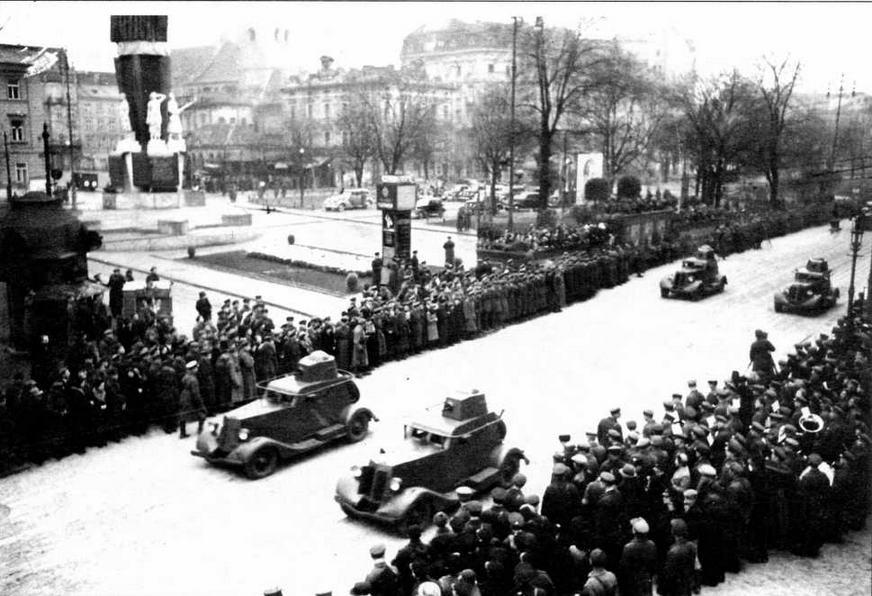 Бронемашины БА-20 проходят по улице Львова. 7 ноября 1939 года
