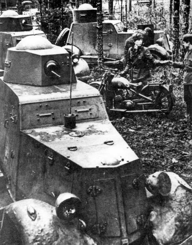 Подразделение броневиков на исходных позициях. На переднем плане — БА-20, у которого поручневая антенна заменена на штыревую. 1942 год
