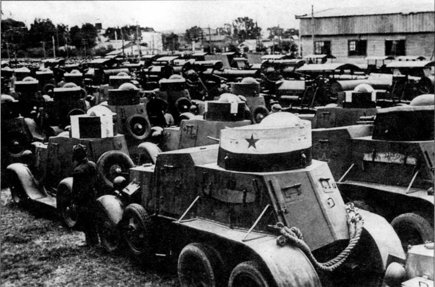 Бронеавтомобили БАИ (на переднем плане) и ФАИ перед прохождением войск по окончании маневров. 1933 год
