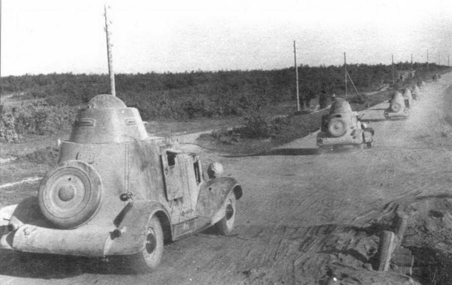 Колонна бронеавтомобилей БА-20 движется к передовой. Западный фронт, июль 1941 года