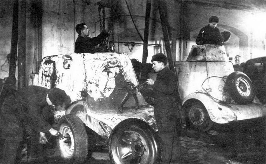 Ремонт бронеавтомобилей БА-20 на одном из предприятий Москвы. Зима 1942 года.