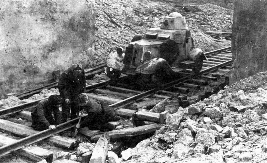 Экипаж бронеавтомобиля БА-20 жд под командованием лейтенанта В.Н.Кохманского за ремонтом железнодорожного полотна. Калининский фронт, 1943 год