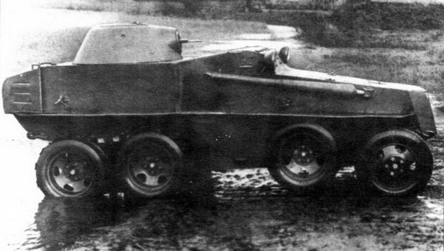 """Плавающий бронеавтомобиль ПБ-7 во время испытаний. У машины на фото внизу на ведущие мосты надета гусеничная лента """"Оверолл"""", облегчавшая выход <a href='https://arsenal-info.ru/b/book/3151508101/26' target='_self'>броневика</a> из воды на сушу"""