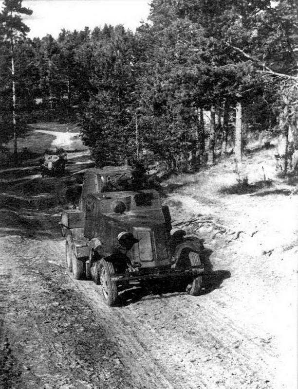 Бронеавтомобили БА-10 выходят на боевую позицию. Ленинградский фронт, 1941 год