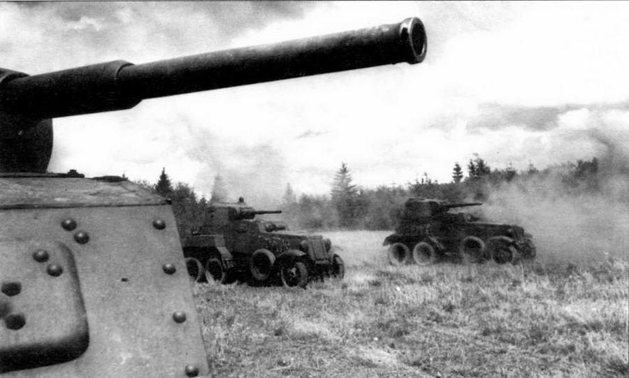 Подразделение бронеавтомобилей в атаке. Западный фронт, 1943 год