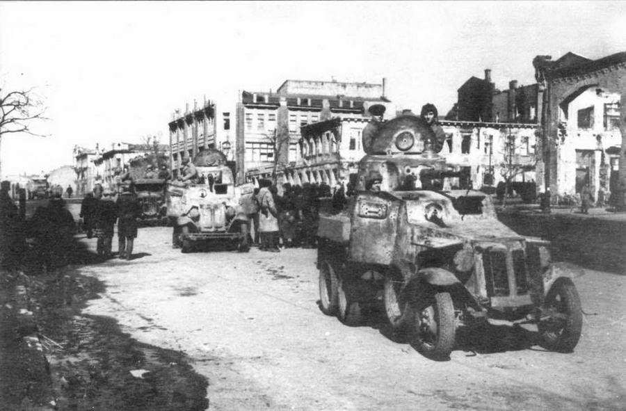 Бронемашины БА-10 на улице Ростова-на-Дону. 1943 год