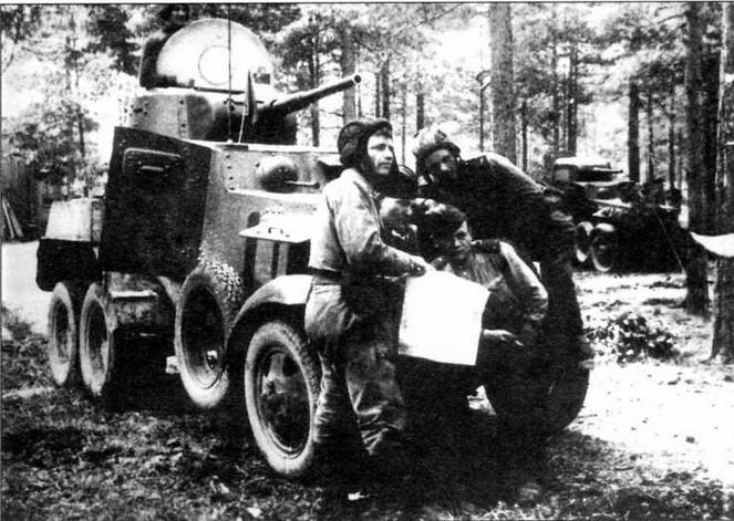Командиры машин уточняют боевую задачу. Ленинградский фронт, 1944 год