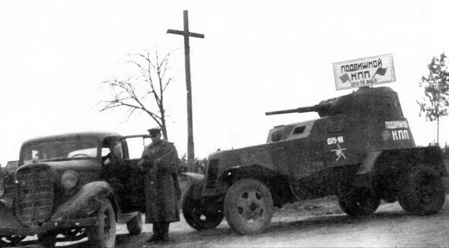 Бронеавтомобиль БА-10, используемый в качестве подвижного контрольно-пропускного пункта. 1-й Белорусский фронт, 1944 год. Любопытная деталь — у машины отсутствует один ведущий мост