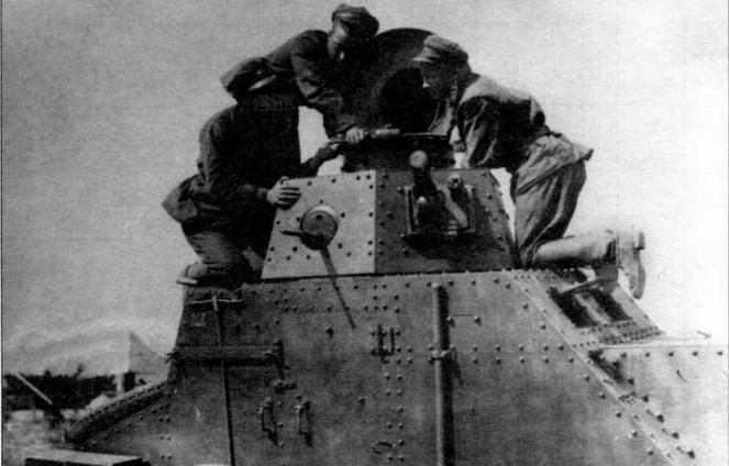 Красноармейцы знакомятся с материальной частью — осматривают новенький БА-27. 1929 год