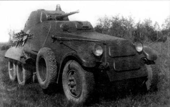 Тяжелый бронеавтомобиль БА-11 во время испытаний на НИБТПолигоне. 1940 год. Штыревая антенна уложена вдоль капота машины в положение по-походному