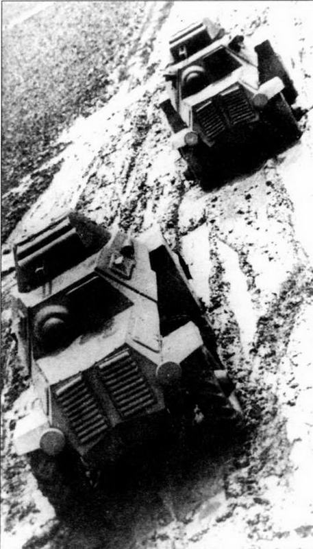 """Бронеавтомобили ЛБ-62 во время заводских испытаний. Задняя машина оснащена двухскатными задними колесами. У передней — все колеса односкатные с протектором типа """"косая елка"""". 1940 год"""