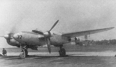 P-38J из 24-й истребительной эскадрильи. Запуск двигателей начат с правого мотора. Самолет скоро взлетит на патрулирование зоны Панамского канала. Большой радиус действия позволял «Лайтнингом» контролировать подходы к Панамскому каналу со стороны Карибского моря.