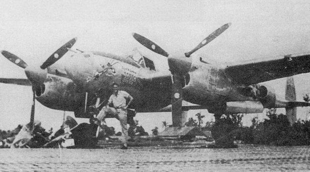 Капитан Роберт де Хэвен позирует рядом со своим Р-38, остров Бияк, 1944 г. Капитан де Хэвен до своего перевода в 7-ю истребительную эскадрилью 49-й истребительной авиагруппы одержал 14 побед в воздушных боях.