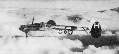 P-38L из 82-й истребительной авиагруппы в патрульном полете над Италией, 1944 г. Внешне P-38L не отличались от Р-38./-25, разница в двигателях: па P-38L стояли моторы Аллисон V-1710-F30R/L мощностью 1600 л.с.